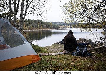 kvinnlig, vandrare, avnjut, den, synhåll, av, insjö, hos, lägerplats