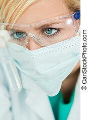 kvinnlig, vetenskaplig forskning, forskare, med, provrör, in, laboratorium
