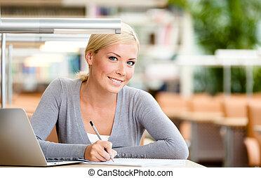 kvinnligt studerande, inlärning, hos, den, skrivbord
