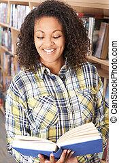 kvinnligt studerande, läsning beställ, in, bibliotek