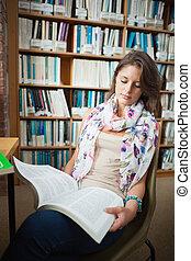 kvinnligt studerande, läsning en boka, in, den, bibliotek