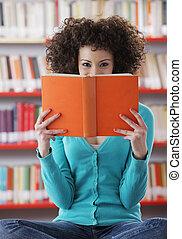 kvinnligt studerande, stående