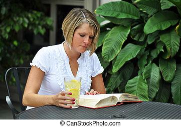 kvinnligt studerande, studera, med, lärobok