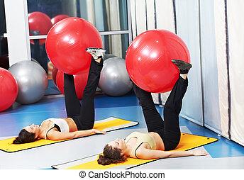 kvinnor, hos, övning, med, lämplighet kula