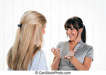 kvinnor, in, konversation, på kontoret, arbitsplatz