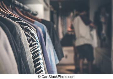 kvinnor, kläder, hängande, in, den, store., inköp, mall.