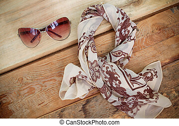 kvinnor, mode, accessories., solglasögon, och, a, blommig, scarf