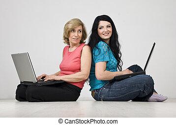 kvinnor, två, användande, konversation, laptop