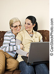 kvinnor, två, arbete, konversation, laptop