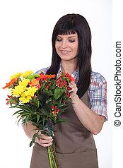 kwiaciarka, bukiet, przygotowując