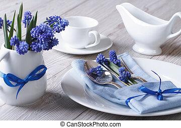 kwiaty, zmontowanie, muscari, stół, elegancki, wiosna