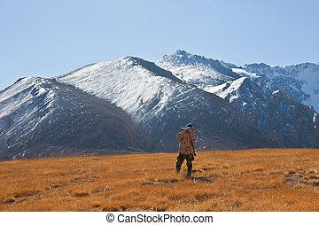 kyrgyz, jager, in de bergen, kijken door, binoculars.