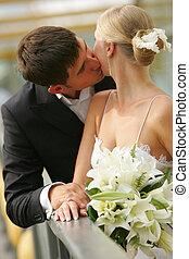 kyssande, nyligen gifta, par