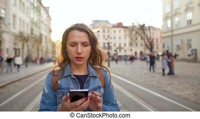 là, quel, rue, voit, jeune, réagit, bas, très, marche, smartphone, vieux, elle, femme, emotionally, utilisation