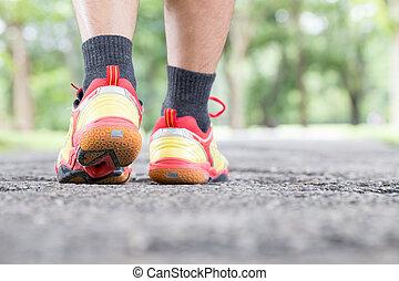 láb, közül, bábu jár, képben látható, út, -ban, általános dísztér, és, closeup, shoe., sport, egészséges életmód, fogalom