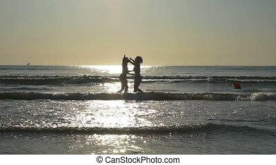 lábak, lassú, ölelgetés, víz, -eik, tengerpart, girlfriends, tengerpart, indítvány, homokos