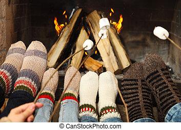 lábak, marshmallows, kandalló, aprófa, melegítés