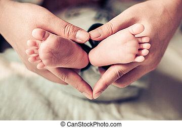 lábak, newborn csecsemő, női kezezés