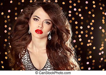 lábios vermelhos, maquilagem, bonito, menina, com, longo, ondulado, hair., moda, brincos, jewelry., excitado, morena, modelo, ligado, partido, isolado, ligado, bokeh, luzes, fundo