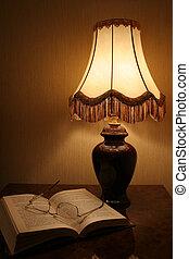 lámpara, libro, y