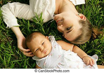 lány, hízelkedő, lefektetés, anya, csecsemő, fű