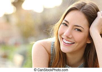 lány mosolyog, noha, teljes, mosoly, és, white fog
