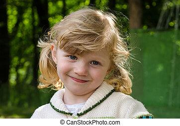 lány mosolyog, szőke, boldog