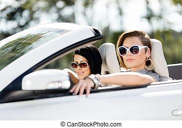 lány, napszemüveg, feláll, autó, becsuk