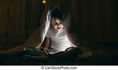 lány olvas, egy, könyv, noha, egy, zseblámpa, alatt, a,...