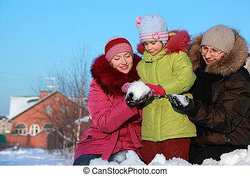 lány, tél, kínálat, épület, csinál, anya, atya, hógolyó, szabadban