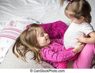 lánytestvér, lány, fekvő, ágy