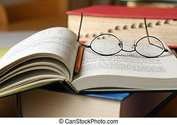 lápis, livros, tabela, óculos, texto