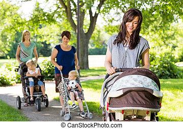 látszó, csecsemő, liget, sétáló, anya