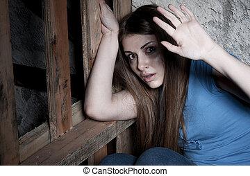 látszó, megfélemlít, nő, fal, kifeszítő, fiatal, döbbent, kéz, sötét, időz, fényképezőgép, vonzalom, terrified., ki