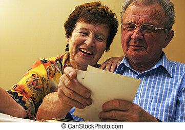 látszó, párosít, photographs., öreg, idősebb ember