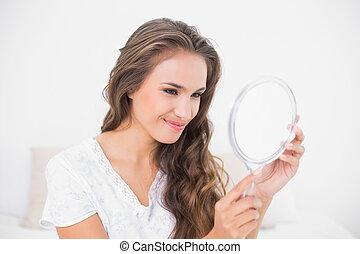 látszó, vigyorgó, barna nő, bájos, tükör