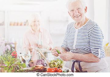lächeln, älter, mann, in, gestreiftes hemd