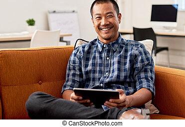 lächeln, asiatisch, entwerfer, arbeiten, a, tablette, in, ein, buero