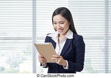 lächeln, asiatisch, geschäftsfrau, in, hell, buero, gebrauchend, digital, tablet.