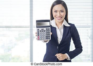 lächeln, asiatisch, geschäftsfrau, in, hell, buero, gebrauchend, taschenrechner