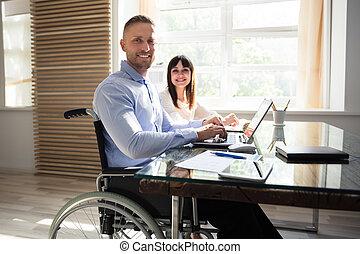 lächeln, behinderten, geschäftsmann, arbeiten, laptop