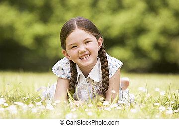 lächeln, draußen, m�dchen, liegen, junger
