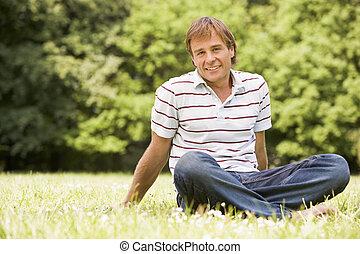 lächeln, draußen, mann sitzen