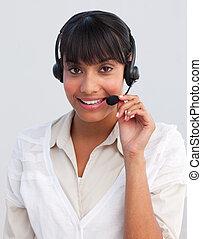 lächeln, ethnisch, geschäftsfrau, arbeitende , in, a, anruf- mitte