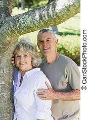 lächeln, fälliges ehepaar, besides, baum, an, park