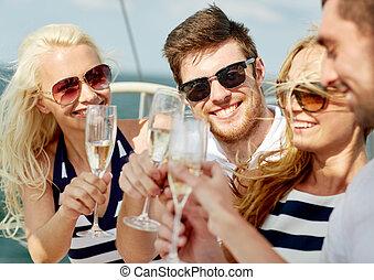lächeln, friends, mit, gläser champagner, auf, yacht