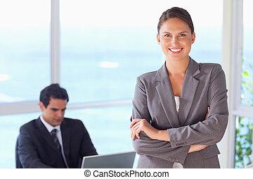 lächeln, gefaltete arme, tradeswoman