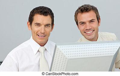 lächeln, geschäftsmänner, arbeitend zusammen, an, a, edv