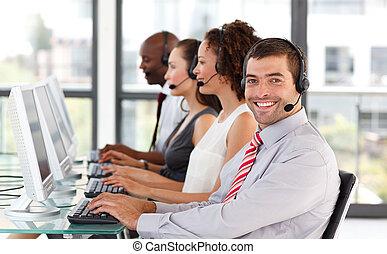 lächeln, geschäftsmann, arbeitende , in, a, anruf- mitte