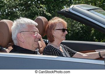 lächeln glücklich, ältere paare, auto, auf, a, sonniger tag